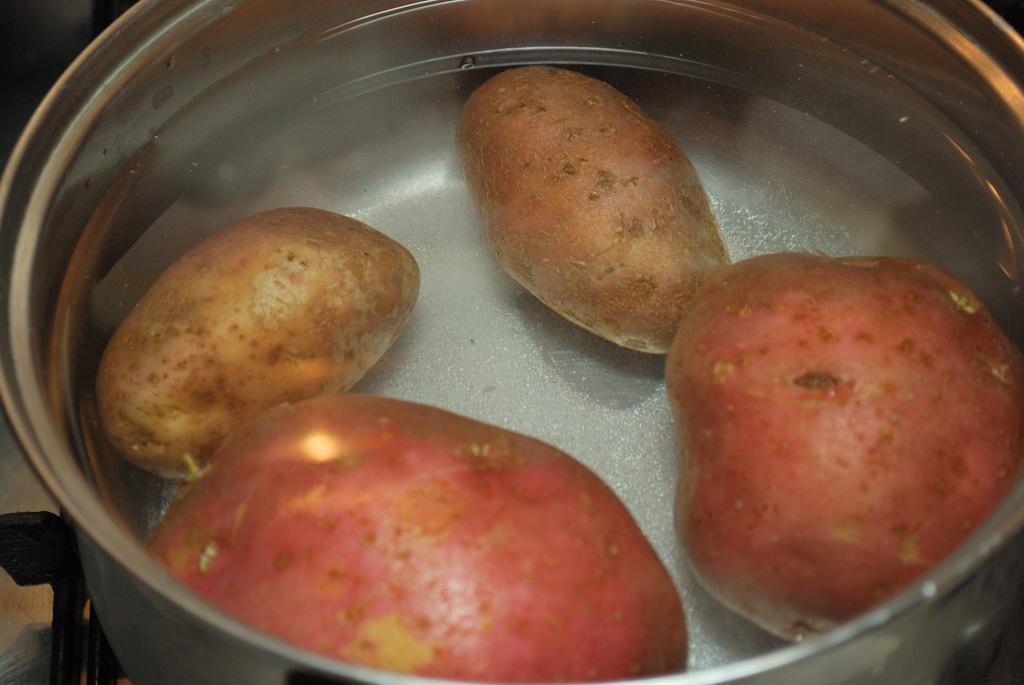 Héjjában főzzük a krumplit