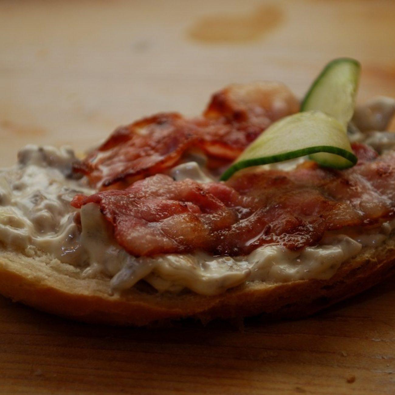Gombasalátás, baconös szendvics