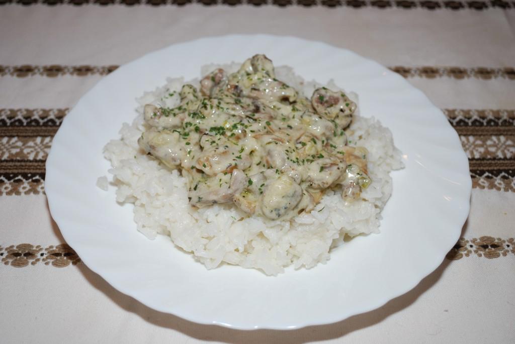 Tejszínes, gombás hús, párolt rizzsel